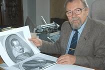 Ředitel Okresního archivu Jindřich Francek vybírá perokresby pro svoji knihu.