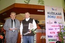 Během vyhlašování nejlepších kuželkářů sezony převzal Jaroslav Jiránek (vpravo) z rukou Petra Holého, za dlouholetou úspěšnou práci s mládeží velice prestižní ocenění Trenér roku 2010.