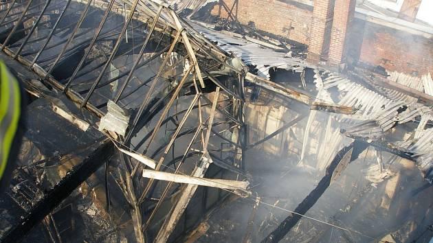 Požár výrobní haly v Nové Pace.