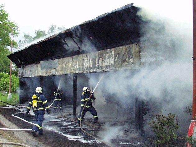 Dřevěná čekárna hořela zřejmě kvůli lidské nedbalosti.