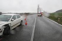 Žena při předjíždění neodhadla situaci a nestihla se vrátit do vlastního jízdního pruhu včas.
