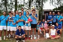 VOLEJBALOVÁ DŘEVĚNICE má za sebou svou první polovinu. Zúčastnilo se celkem 90 týmů. Elitní soutěž mužů ovládlo družstvo Humři Pernštejn, které je také na snímku zachyceno. Celek VK Karbo Benátky, skončil na druhém místě.