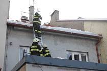 Hasiči odstraňovali v Hořicích sníh ze střechy.