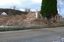 Bourání další z budov kasáren, listopad 2013.