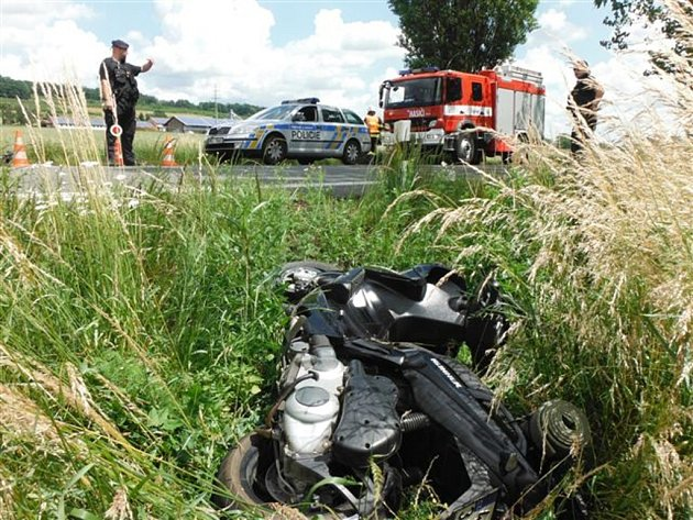Nehoda motocyklu a skútru uOstroměře.