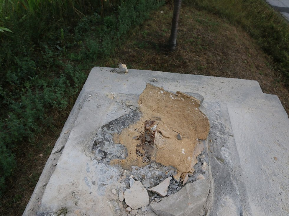 Krádež pískovcové sochy u Dachov řeší jičínští kriminalisté.