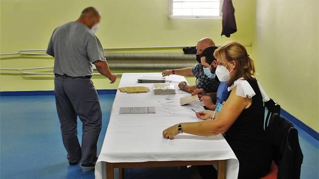 Ve valdické věznici se do zvláštního seznamu voličů přihlásilo 500 z 900 právoplatných voličů z řad odsouzených.