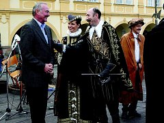 Vévoda Valdštejn se Přemyslem Sobotkou na jičínském náměstí.