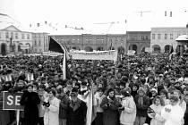 Manifestace z roku 1989 na Gottwaldově náměstí v Jičíně se konala ještě pod heslem  ZA STUDENTY – ZA SOCIALISMUS.