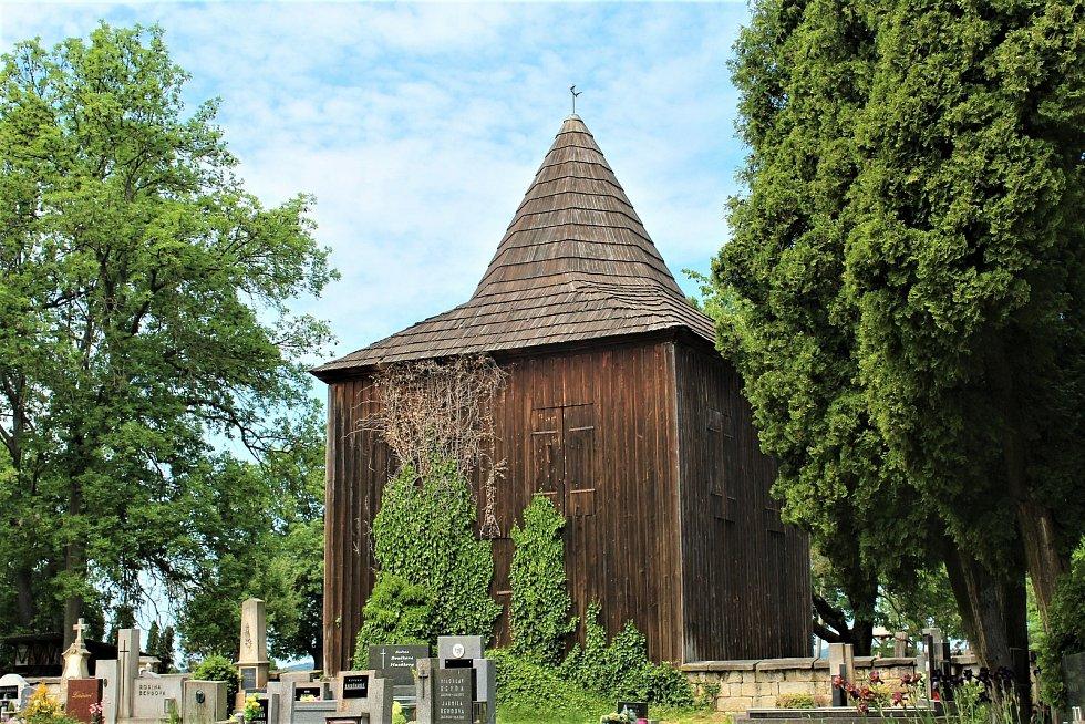 Stará dřevěná zvonice.