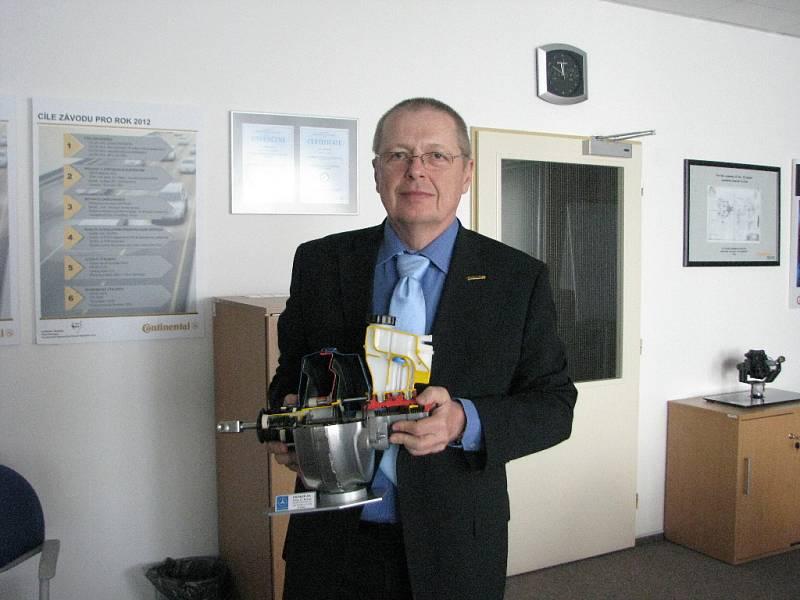 Ladislav Drážný,  ředitel jičínského závodu Continental, s brzdovým posilovačem.