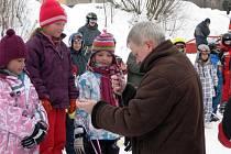 Medaile nejlepším předával ředitel školy Petr Ježek.