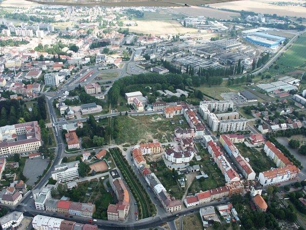 Letecký snímek Jičína, nábreží Irmy Geisslové a okolí s jasně viditelnou stávající komunikací podél břehů Cidliny.
