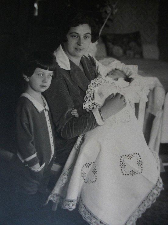 Maminka Gréta starší dcera Erika a v zavinovačce malá Eva. Foto: Paměti národa Východní Čechy