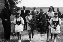 SJEZD RODÁKŮ spojený s masopustem v Mlýnci u Kopidlna se konal také roku 1972 za velké účasti nejen místních, ale také lidí ze širokého okolí . Bylo vzpomenuto také památky Husa, kdy byla pálena hranice na hrázi místního rybníka Zrcadlo.