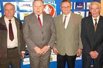 ZASLOUŽILÍ FUNKCIONÁŘI. Cenu Jana Modřického převzali tito činovníci – zleva: Vladislav Košťál (Hradec), Josef Chráska (Trutnov), Václav Prachař (Doudleby) a Antonín Kalina (Hradec).