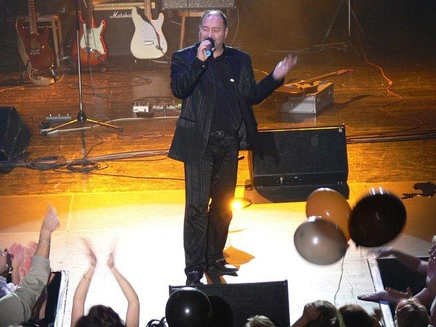 Michal David na plese ve valdickém kulturáku.