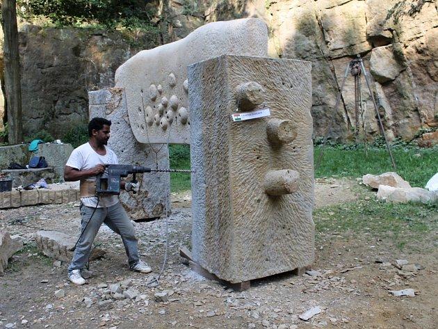 Díla v rámci sochařského sympozia jsou dokončována.