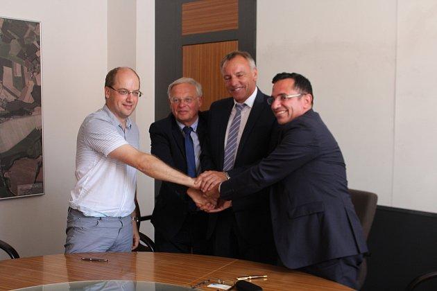 Předběžnou smlouvu mezi městem Jičín a firmou SeneCura s.r.o. podepsali zástupci města a budoucího investora, který od města odkoupí budovy kasáren za 11, 6 milionů korun.
