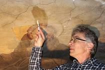 Oprava omítek interiéru unikátního novopackého kláštera pokračuje šestým rokem pod dohledem akademického malíře Pavla Padevěta.