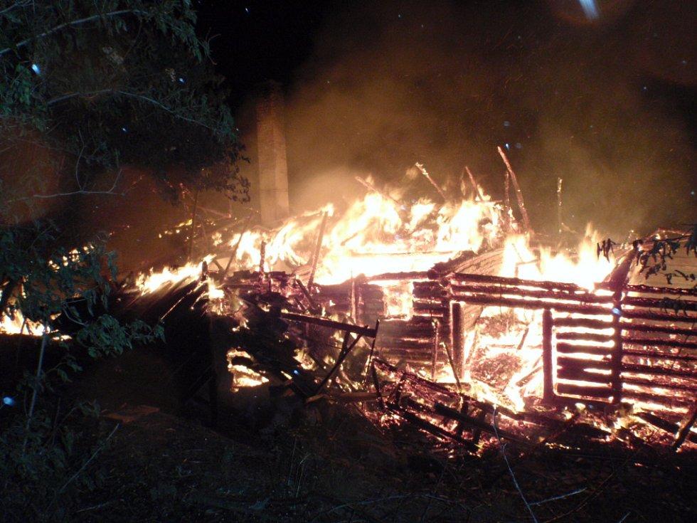 Požár chatky u Pecky způsobený bleskem.