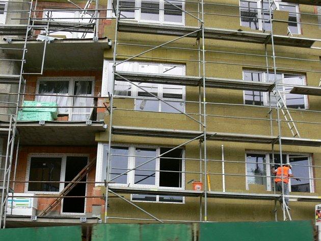 Průměrná měsíční mzda zaměstnanců stavebních firem se zvyšuje.