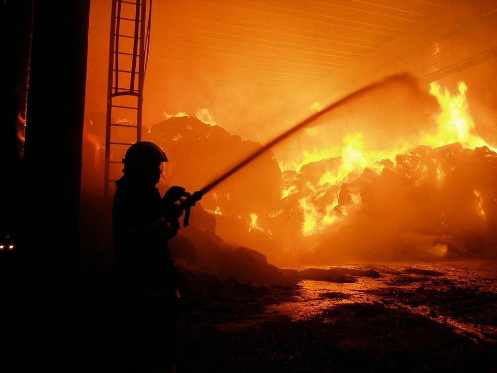 Požár skladovací haly v Lodíně.