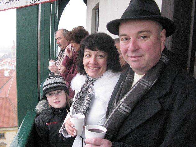 Martin Puš s rodinou na ochozu Valdické brány.