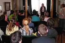 V síni poezie Šrámkova domu přivítala studenty Drahomíra Flodrmanová.