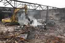 Hořící sutiny po požáru části továrny Mileta.