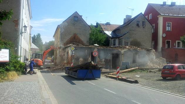 Bourání jednoho z domů tzv. Špalíčku v ulici Boženy Němcové v roce 2014.