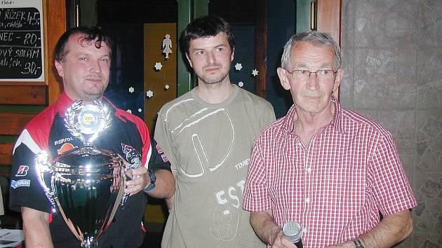 Zleva vítěz soutěže jednotlivců a člen nejlepšího družstva Spring Hořice Karel Medlík s trofejí, prezident SKK Jičín Roman Bureš a ředitel turnaje Josef Crha.