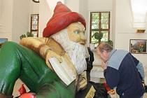 NEJVĚTŠÍ POZORNOST vzbuzuje na výstavě Trpaslík a jeho svět v Regionálním muzeu a galerii v Jičíně obří trpaslík ze ZOO v Ústí nad Labem.