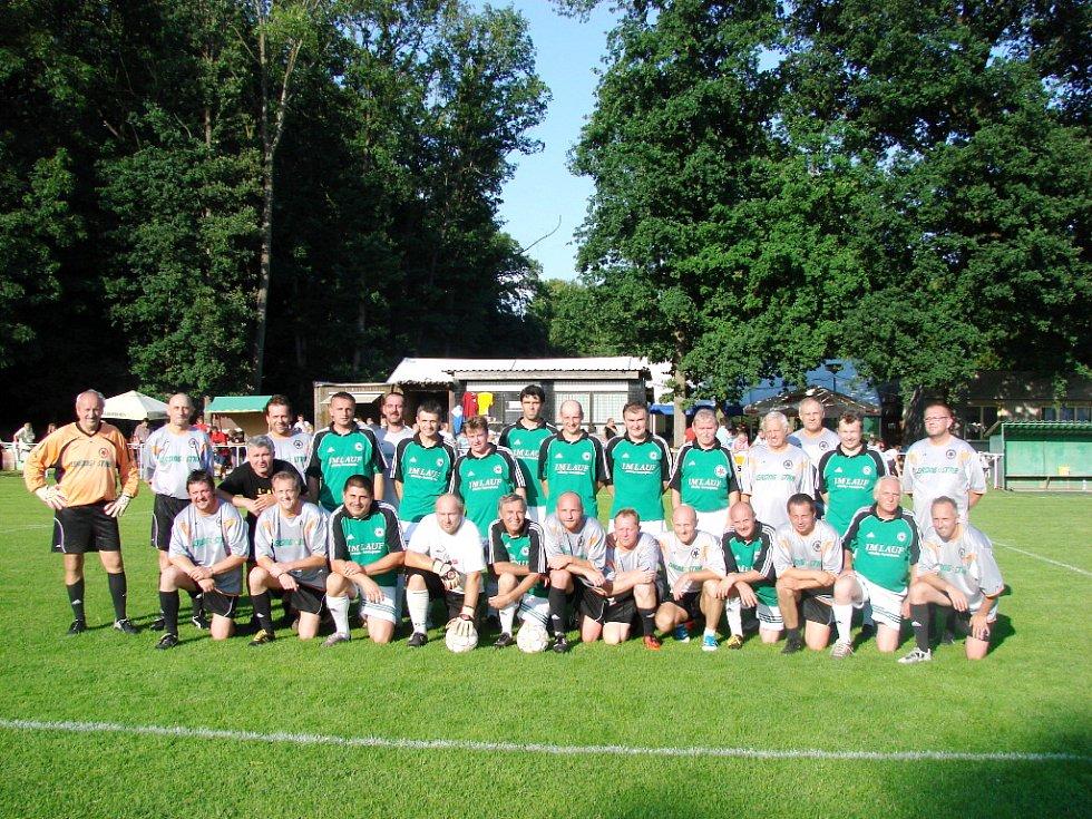 Společný snímek bělohradských starých gard, jejich vzájemný zápas skončil nerozhodně 3:3. Všichni aktéři tak přispěli k pěkným oslavám devadesátin.