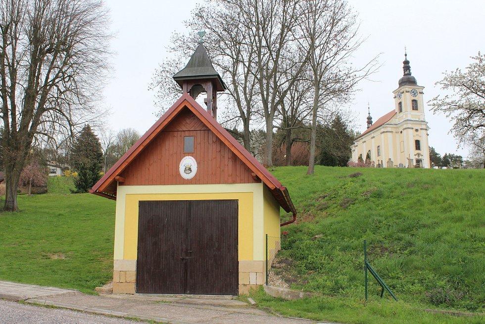 Hasičskou zbrojnici se vedení města snažilo opravit tak, aby nenarušila výhled na kostel sv. Petra a Pavla.