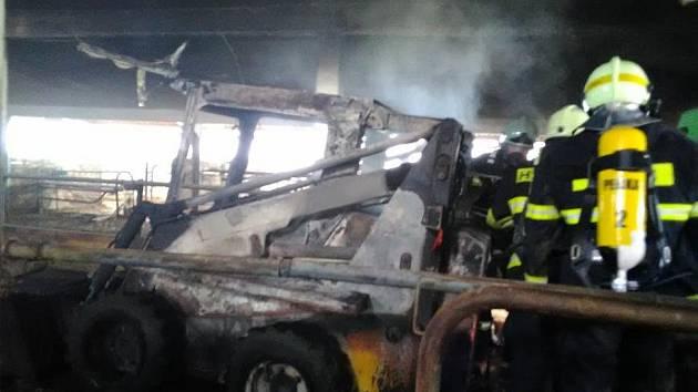 Požár nakladače v kravíně mohl způsobit milionové škody.