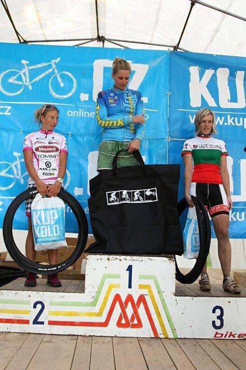 Vítězky žen do 30 let na 90 km. - 1.místo: Dáša Svěráková, 2.místo: Lucie Vlášková, 3.místo: Jana  Riedelová, TJ Lázně Bělohrad