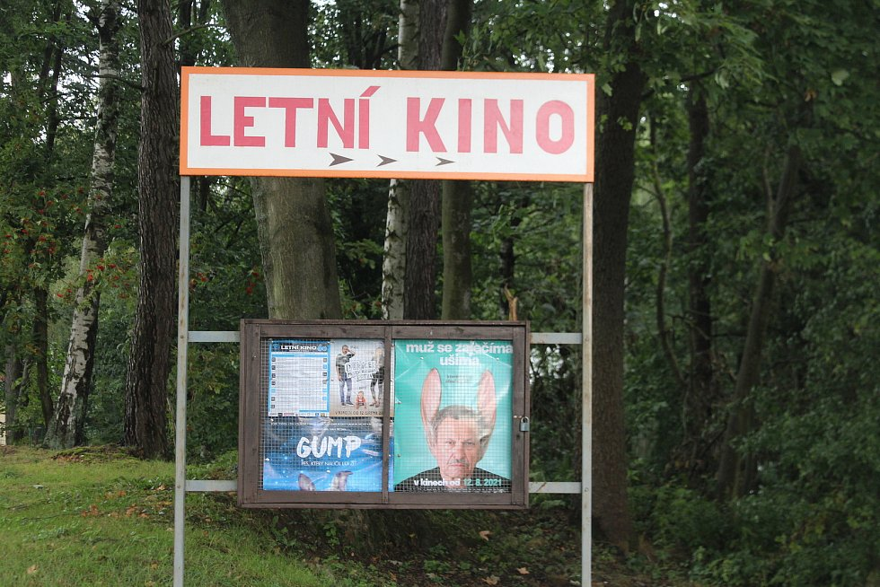 Na provozu letního kina se v Boháňce podílí asi 90 procent místních. Někdo promítá, někdo vybírá filmy, někdo sedí u pokladny a další prodává občerstvení.