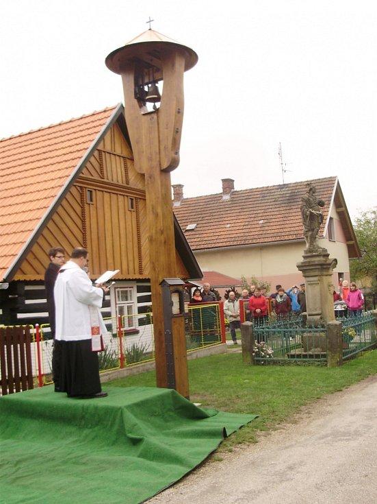 Svěcení obnovené zvoničky ve Vlkanově.