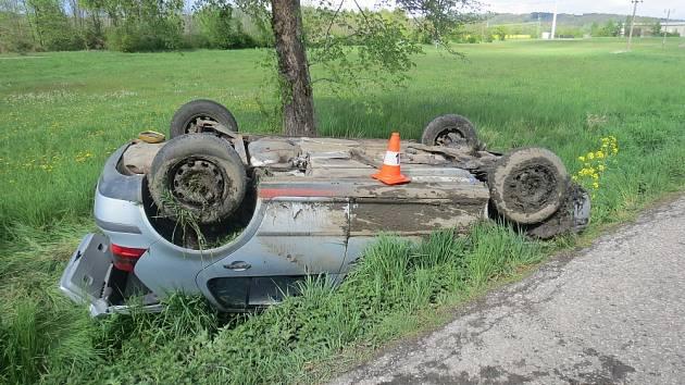 Mladá řidička nezvládla řízení a s autem skončila na střeše.