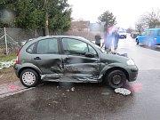 Dopravní nehoda tří vozidel ve Starých Hradech.