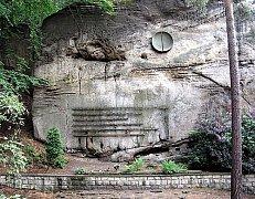 Zhruba 130 jmen najdete na skalní stěně Nekonečné věže kousek od Mariánské vyhlídky v Hruboskalském skalním městě. Tabulky se jmény patřily horolezcům, kteří zahynuli ve zdejším Skaláku, ale i na různých místech republiky a světa.