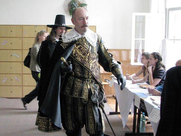 Vévoda Albrecht z Valdštejna navštívil v Jičíně také jednu z volebních místností, avšak volit nemohl.