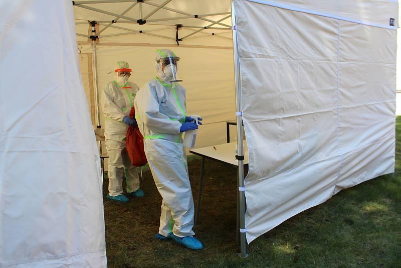 V Oblastní nemocnici Jičín bylo otevřeno nové odběrové místo pro testování na Covid-19. Funguje od 8 do 12 hodin s denní kapacitou 30 až 40 odběrů, které musí být podloženy elektronickou žádankou lékaře.