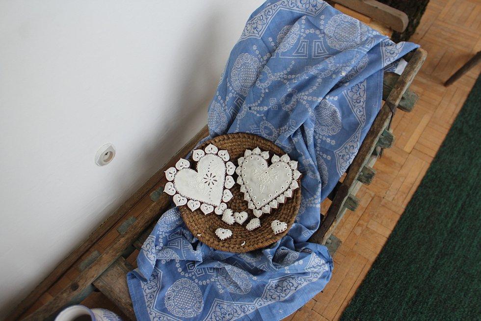 V bělohradském muzeu představuje svoji tvorbu uznávaná perníkářka Dana Holmanová, která tentokrát propojila perník s folklorem.