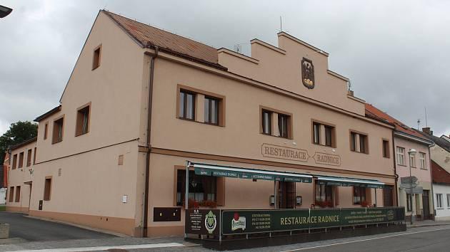 Kulturní dům v Libáni hostil za dobu své existence řadu významných umělců a osobností. V brzké době se dočká kompletní renovace interiérů. Součástí oprav bude i rekonstrukce Restaurace Radnice.