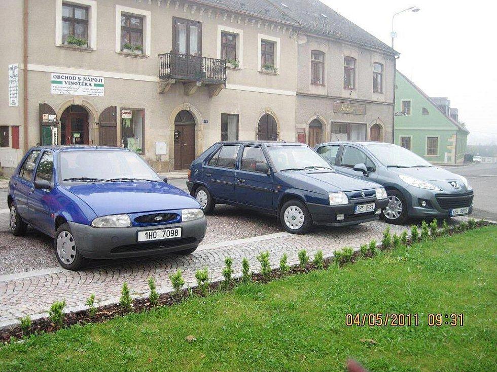 Ničení chodníků nevhodným parkováním.