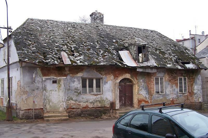 Tzv. Divíškův barák čp. 192 v Sobotce už několik desítek let chátrá. Na snímku z roku 2014.