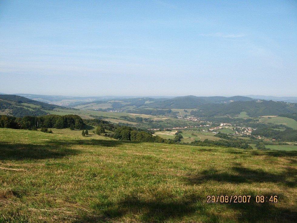 Výhled z kopce Kaňúr, vesnička Nedašov.