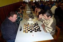 Rozhodující partie se hrála v sedmém kole. Zasedli proti sobě Kopal (vlevo) a na straně černých finišující Fiala.